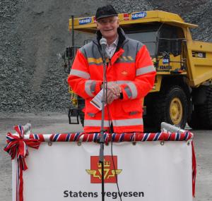 Stein Fyksen har vært sentral i en rekke store veiprosjekter. Nå er han helt klar på at E134 er beste løsning mellom øst og vest. Foto Erik Larsstuen, Statens vegvesen.